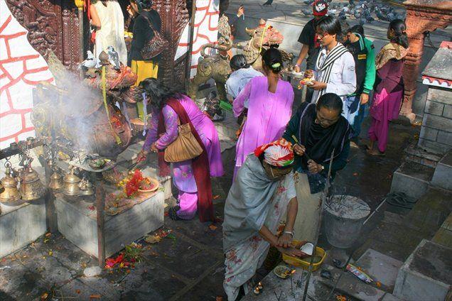 Jutranji vrvež pred hindujskim templjem
