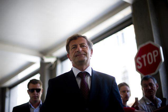 Predsednik stranke DeSUS Karl Erjavec septembra zaradi zapisa fiskalnega pravila v ustavo ne pričakuje politične krize v Sloveniji, saj meni, da se vse parlamentarne stranke zavedajo resnosti razmer.