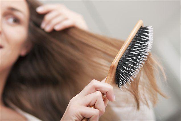 Potresite otroški puder na krtačo in si temeljito razčesite lase. Puder bo pobral odvečno maščobo in lasje bodo spet videti čisti.
