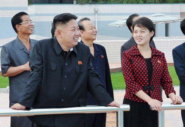 """Severnokorejski mediji so skrivnostno žensko, ki se zadnje čase v javnosti pojavlja ob voditelju Kim Jong Unu, označili za njegovo ženo, """"tovarišico Ri Sol Ju""""."""