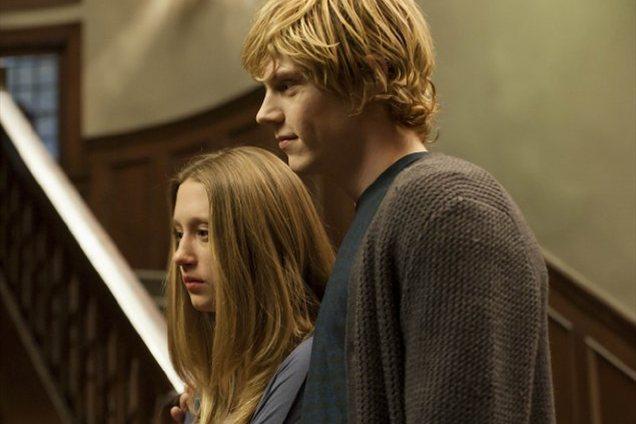Peters oziroma Tate z dekletom, v katero se v seriji neustavljivo zaljubi, Violet Harmon (Taissa Farmiga).