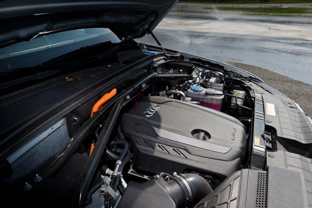 Audi Q5 hybrid quattro je zasnovan po načelu vzporednega hibridnega pogona, kar pomeni, da so prisilno polnjeni bencinski štirivaljnik TFSI, elektromotor in menjalnik na eni gredi. Prednost vzporednega hibridnega pogona je torej predvsem prilagodljiva, a učinkovita zasnova, ki se uporablja, ko je treba 'hibridizirati' že obstoječ model vozila.