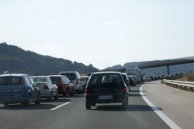 Zaradi prometne nesreče je nastal kilometer dolg zastoj