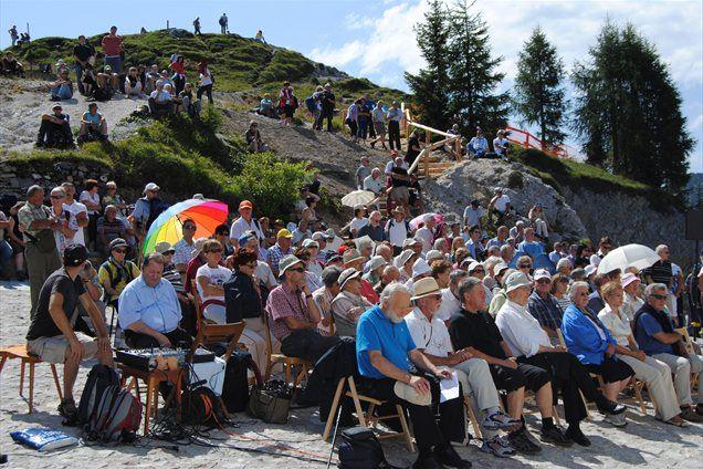 Na Svetih Višarjah se je odvijalo že 24. srečanje treh Slovenij, ki se ga je udeležilo več sto Slovencev iz Slovenije, zdomstva in zamejstva.