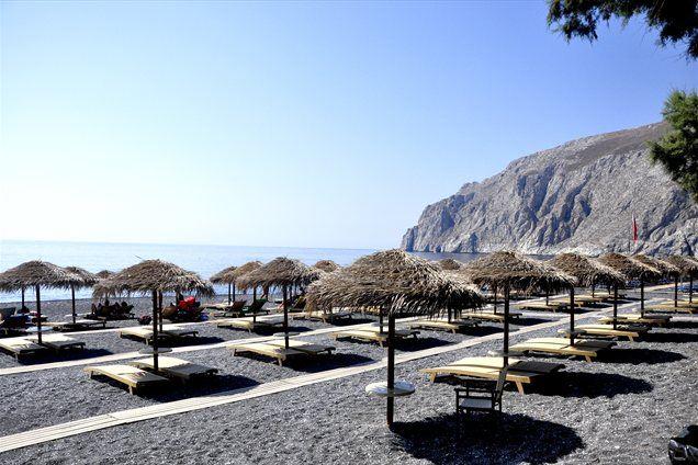 Plaža v Kamariju ob vznožju antične Thire