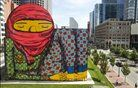Grafit brazilskega umetnika Osa Gemeosa v Bostonu. Foto: Reuters