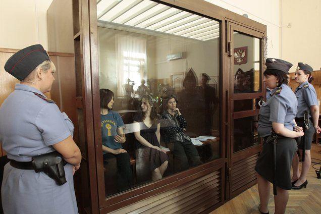 Rusko sodišče je članice ruske punkovske zasedbe Pussy Riot obsodilo huliganizma, motiviranega z verskim sovraštvom. Vsaka izmed njih je prejela dve leti zapora.