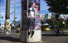 Berlin: ženska je pritrjena na oglasni pano kot stalna instalacija skupine uličnih umetnikov Bosso Fataka.