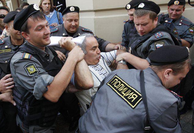 Med protestniki proti zaporni kazni, ki jo je rusko sodišče v petek izreklo članicam punk zasedbe Pussy Riot, je ruska policija aretirala tudi Garija Kasparova, najboljšega šahista vseh časov.
