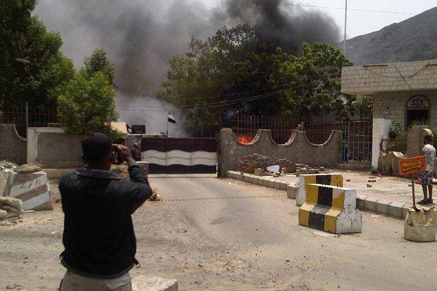 Najmanj 14 jemenskih vojakov je bilo ubitih v napadu na vladne stavbe v pristaniškem mestu Aden na jugu države.