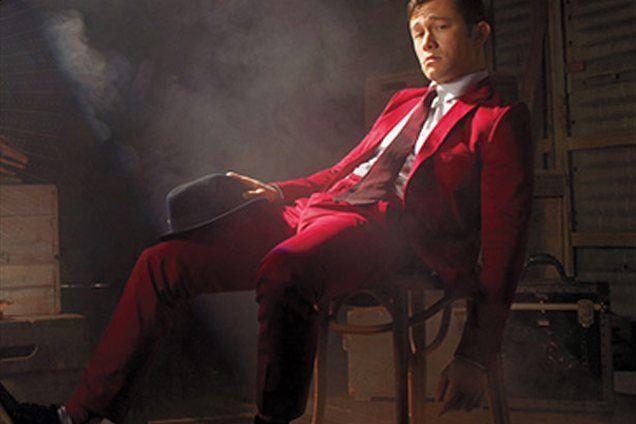 Josephu pristoji tudi rdeča obleka, ki so mu jo izbrali pri Playboyju