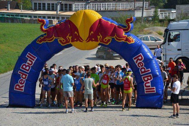 Tekači na štartu 6,65 kilometra dolgega vzpona na Klopni vrh.