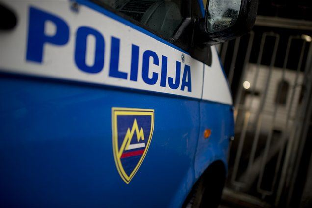 Rezultat policijskega posredovanja v romskem naselju Mihovica: dva poškodovana avtomobila, ranjen policist in večje število pridržanih.