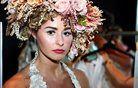 Manekenka se pripravlja na modno revijo poročnih oblačil. Foto: Getty