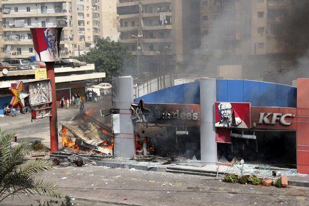 Protestniki so v Tripoliju, glavnem mestu Libije, razdejali prostore ameriške restavracije KFC.