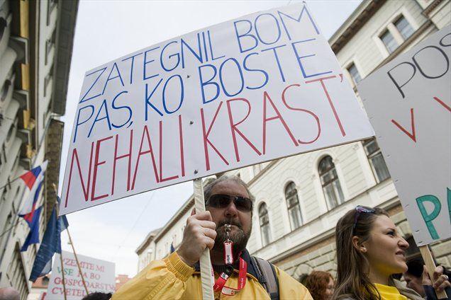 """Opozicija in sindikati v """"nekdanji komunistični Sloveniji"""" so vedno bližje podpori vlade pri uvedbi radikalnih reform, ki so potrebne, da državo rešijo pred finančno pomočjo, piše agencija Reuters."""