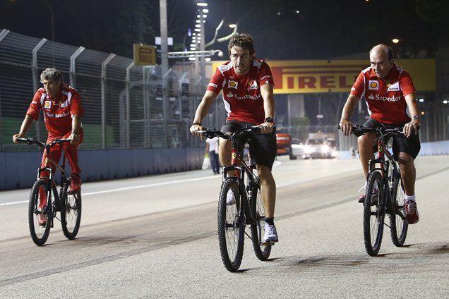 Fernando Alonso je v sredo s kolesom obkrožil progo v Singapurju.