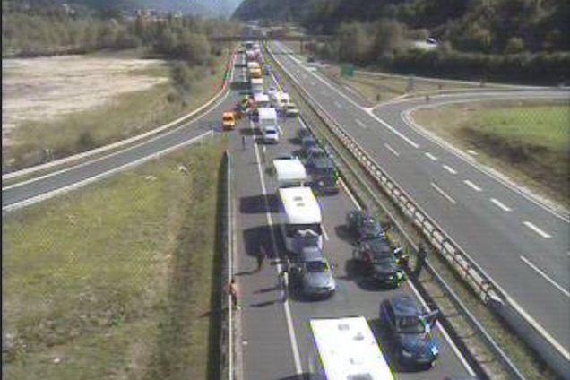 Na gorenjski avtocesti pred predorom Karavanke je zastoj proti Avstriji dolg od dva do tri kilometre. Na repu kolone je prišlo do naleta vozil, promet je oviran.