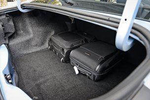 Prtljažnik je dva običajna letalska kovčka prepričljivo pogoltnil.