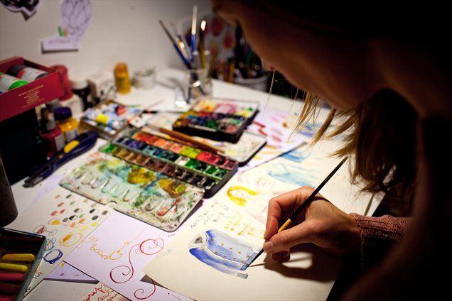 Pravi, da se je od nekdaj predajala svojemu domišljijskemu svetu in da je pol življenja zagotovo 'presanjala s svinčnikom v roki'.