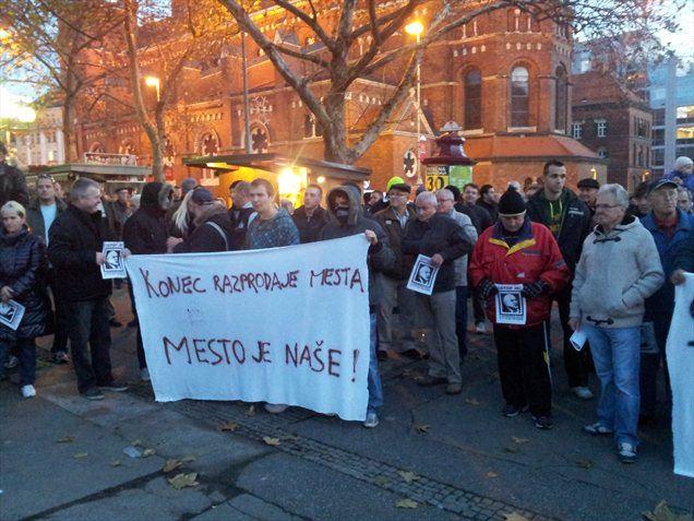 Doslej največji protest proti županu Francu Kanglerju na Trgu svobode, ki se ga je po neuradnih ocenah udeležilo več kot 5000 ljudi, po nekaterih pa več, se je ob koncu sprevrgel tudi v nasilje.