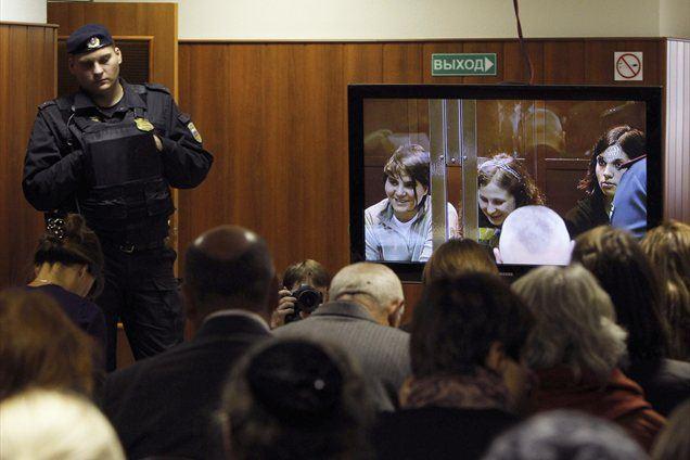 Skupino Pussy Riot je doletela še ena sodba, saj je namreč sodišče odločilo, da bodo spletne strani morale odstraniti videoposnetek, zaradi katerega sta bili dve članici obsojeni.