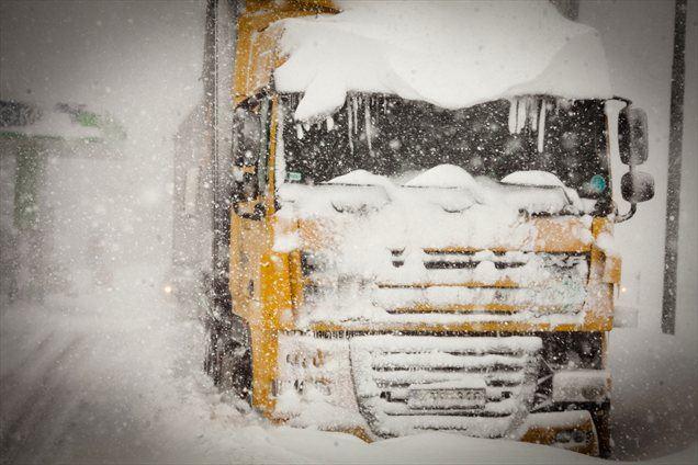 Obilne padavine, ki so zajele državo, so povzročile vrsto nevšečnosti na cestah. Na Primorskem je zaradi snega prišlo do izpadov električne energije, brez elektrike je ostalo 1200 odjemalcev.