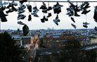 Čevlji na električni napeljavi s pogledom na Prago v ozadju. Foto: Reuters