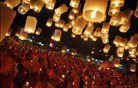 Budistični menihi ob soju papirnatih lantern.