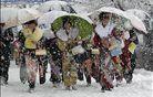 Praznično oblečene Japonke sredi zimske idile. foto: Reuters