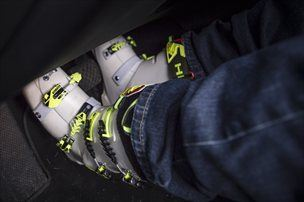 V najhujši poletni pripeki večkrat opozarjamo, da je vožnja z natikači zelo nevarna, enako lahko pozimi velja tudi za zimske čevlje.