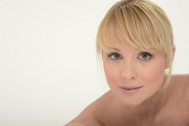 Igralka Iva Krajnc se je prepustila veščim rokam in nasvetom dermatologinje dr Nastje Lazar in v prvih 14 dneh že odkrila prve pozitivne spremembe. Staranje kože je ne skrbi več. (Foto: arhiv Sensilab)
