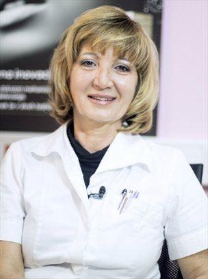 Dermatologinja dr. Nastja Lazar je v svojo ordinacijo sprejela igralko Ivo Krajnc in skupaj sta poiskali rešitev za igralkino kožo, ki je pogosto izčrpana zaradi agresivnih gledaliških ličil. Krema UNDO se je izkazala za popolno rešitev, ki je zadovoljila kriterije strokovnjakinje in igralke, ki je kremo preizkusila na lastni koži. (Foto: Aljoša Kravanja)