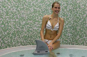 V bazenu z mis Universe in plavutjo morskega psa (video)