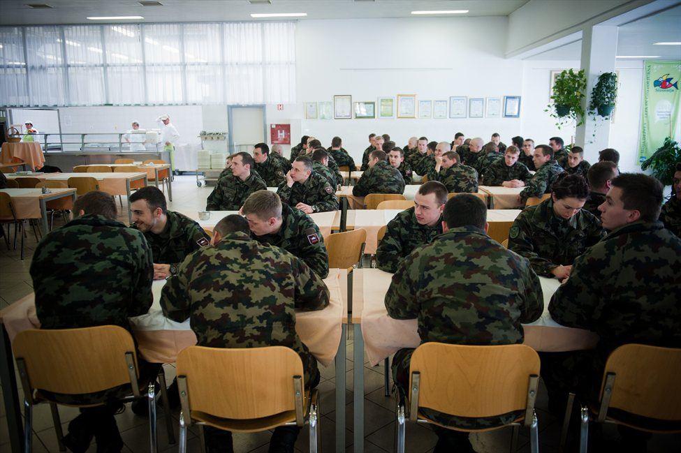 'Stiska vojakov je v veliki meri posledica vsakoletnega zniževanja proračuna.'