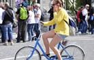 Ljubljančanke na kolo kar v krilcu (foto)