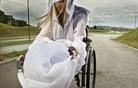 S kolenogrelnikom in pelerino v slogu na dež in veter