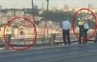 Policist raje naredil selfie, kot da bi govoril s samomorilcem na mostu