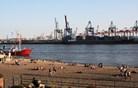 Okoli pristanišča se bogastvo in podoba mesta vrtita