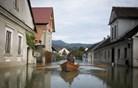 Plazovi še ogrožajo nekaj hiš, težave na cestah