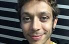 Rossi tvitnil iz postelje: Vse OK, le glava me boli