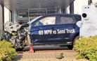 """Mitsubishijevo """"totalko"""" postavili pred salon, razbitina zdaj privablja stranke"""