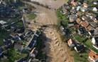 Helikopterski posnetek razkriva podobo poplavljene Poljanske doline (video)