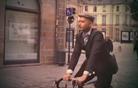 Na retrodirkalnem kolesu na lovu za fatalko (video)