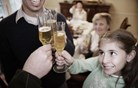 Pri kateri starosti se Slovenke in Slovenci prvič napijejo? (video)