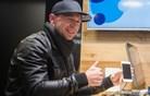 iPhone 6 prvega kupca dobil že minuto čez polnoč (foto in video)