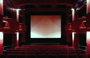 Ali kinodvorane res lahko napolnijo le še hollywoodski zvezdniki?