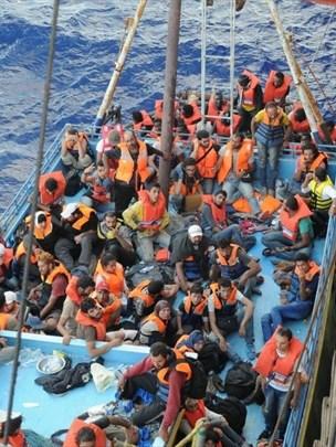 Slovenska ladja v Sredozemlju rešila več kot 200 migrantov (foto)