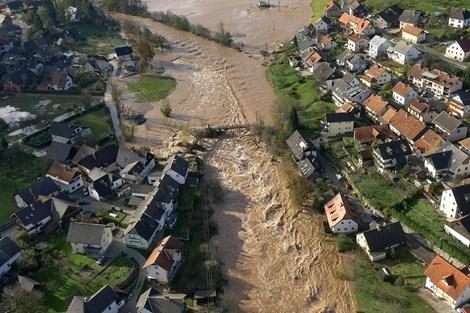 Helikopterski posnetki razkrivajo vse razsežnosti poplav (video)