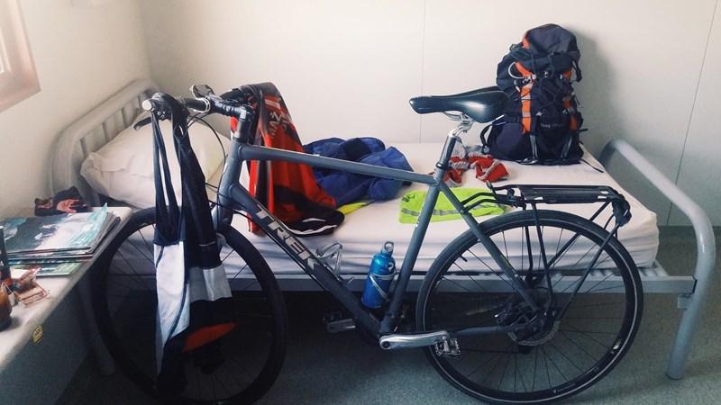 Svet bo obkrožil s kolesom Trek fx 7.4 in 35-litrskim nahrbtnikom na ramenih.